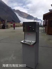 賀眾飲水機坐冰川缆车到海拔3600公尺的海螺沟游客中心装机。